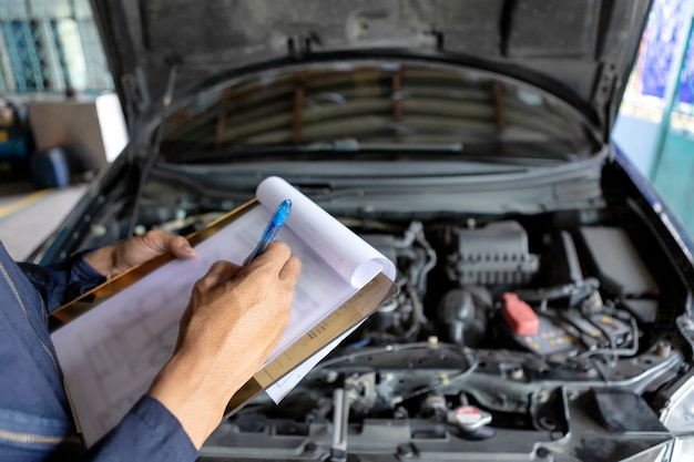 Mechaniker, der eine liste überprüft Premium Fotos
