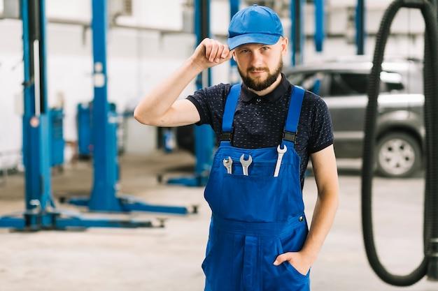 Mechaniker in der kappe an der autowerkstatt Kostenlose Fotos