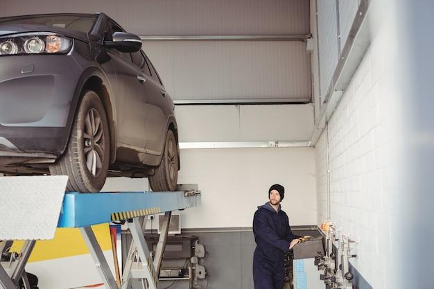 Mechaniker mit schaltkasten Kostenlose Fotos