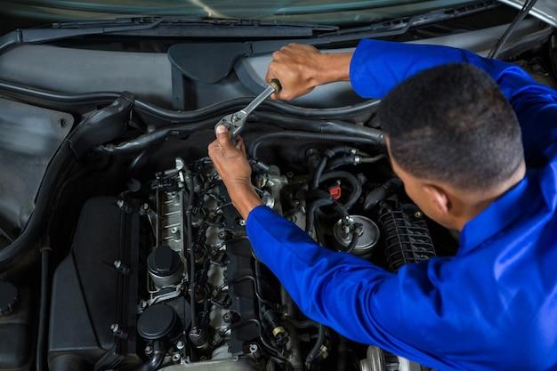 Mechaniker wartung ein auto Kostenlose Fotos