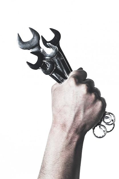 Mechanikerhandgriff-schlüsselwerkzeug in der hand lokalisiert auf weiß Premium Fotos