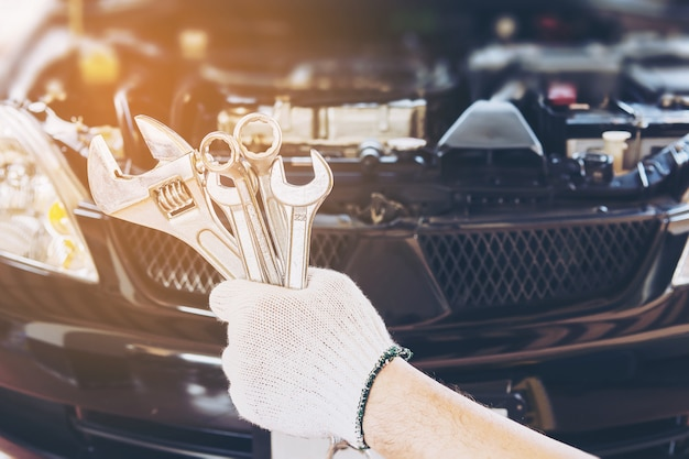 Mechanikermann, der auto repariert Kostenlose Fotos
