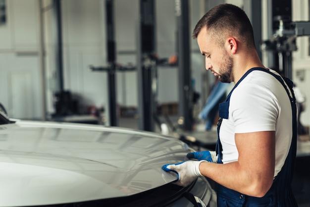 Mechanische männliche anhebende haube der seitenansicht Kostenlose Fotos