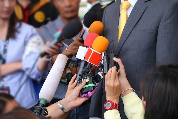 Medieninterview conept.group von journalisten hält mikrofon zum interviewen von vip Premium Fotos