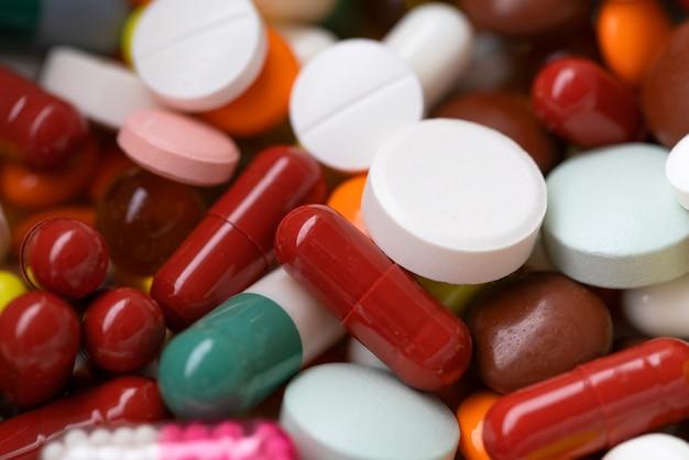 Medikamente, mehrfarbige kapseln und pillen Premium Fotos