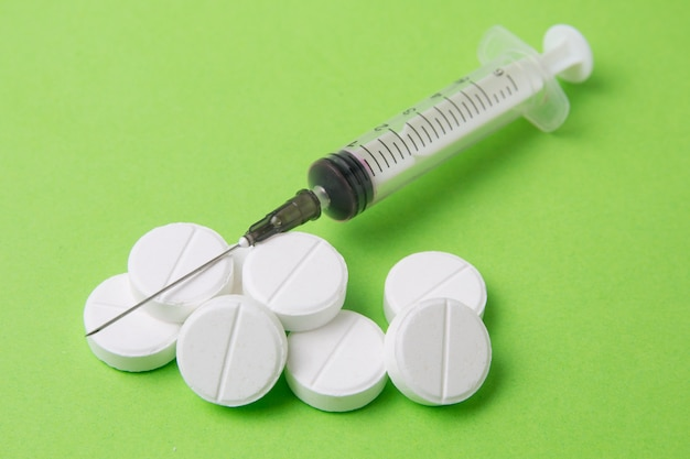 Medikamentenspritze, pillen, drogen und antibiotika Premium Fotos