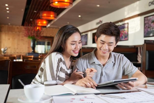 Mediu schoss von den asiatischen paaren, die datum im coffeeshop haben Kostenlose Fotos