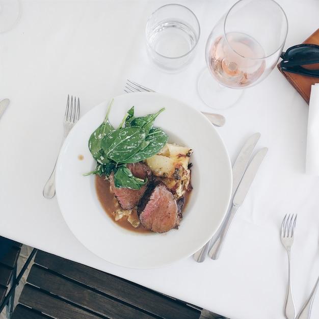 Medium gemacht rindersteak mit spinat und kartoffeln Kostenlose Fotos