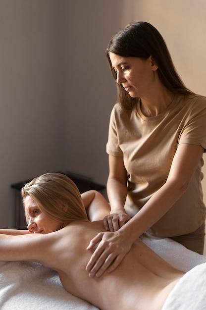 Medium schuss frau massagepatientin Kostenlose Fotos