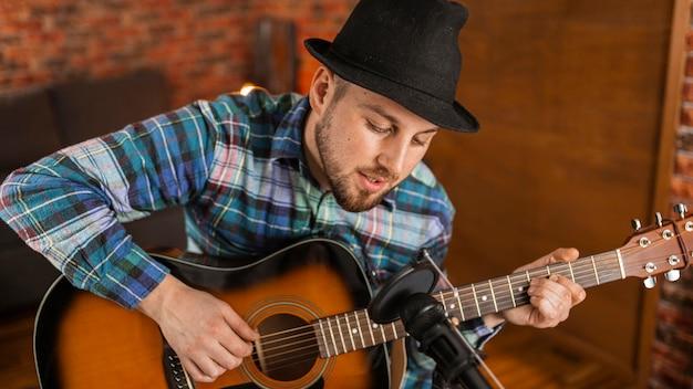 Medium shot musiker spielt gitarre Kostenlose Fotos