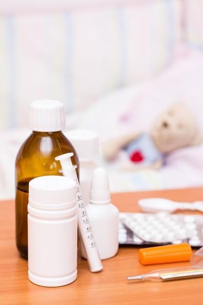 Medizin kinderbett mit einem stofftier Premium Fotos