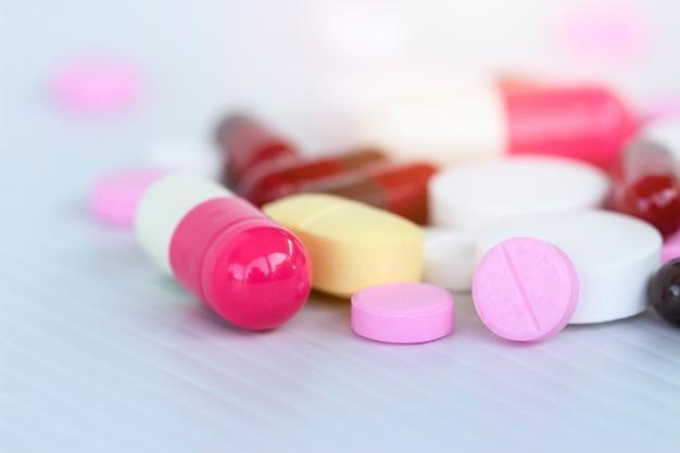Medizin-konzept; viele bunte medikamente. pillen und kapseln auf weißem hintergrund Premium Fotos