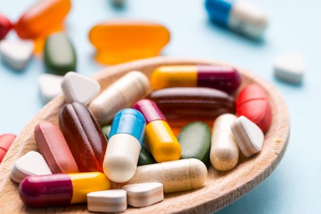 Medizin, tablette, vitamin und droge in der verschiedenen form Premium Fotos
