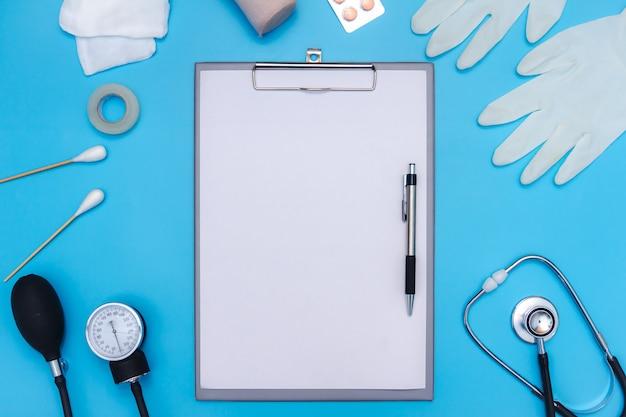 Medizinische ausrüstung auf blauem hintergrund mit textbereich. Premium Fotos