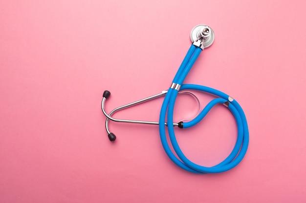 Medizinische ausrüstung mit stethoskop Premium Fotos