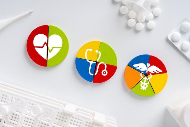 Medizinische ikone auf puzzle für globales gesundheitswesen Premium Fotos