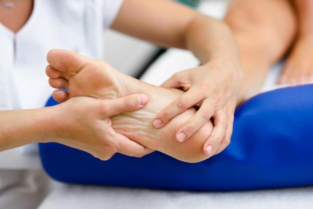 Medizinische massage am fuß in einem physiotherapie-zentrum. Kostenlose Fotos