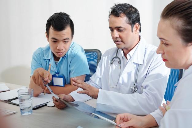 Medizinische mitarbeiter diskutieren lungenröntgen Premium Fotos