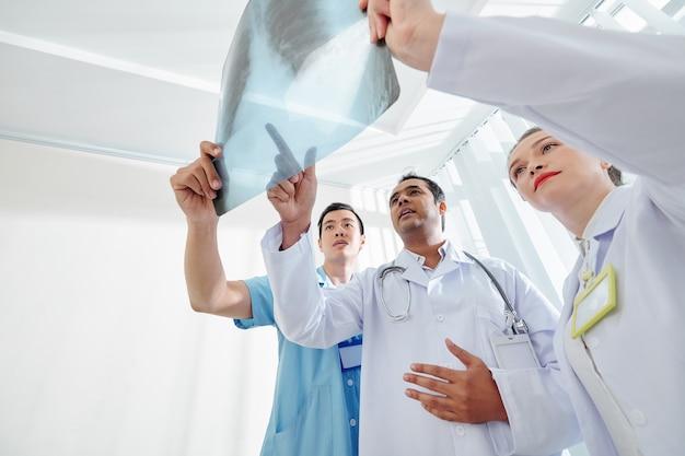 Medizinische mitarbeiter überprüfen die röntgenaufnahme Premium Fotos