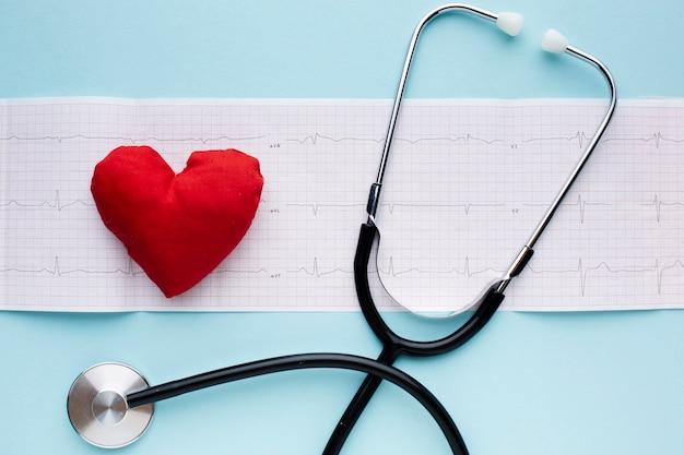 Medizinische pulsanalysen und stethoskop Kostenlose Fotos