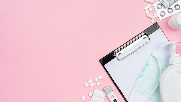 Medizinische schreibtischanordnung der draufsicht mit kopienraum auf rosa hintergrund Kostenlose Fotos