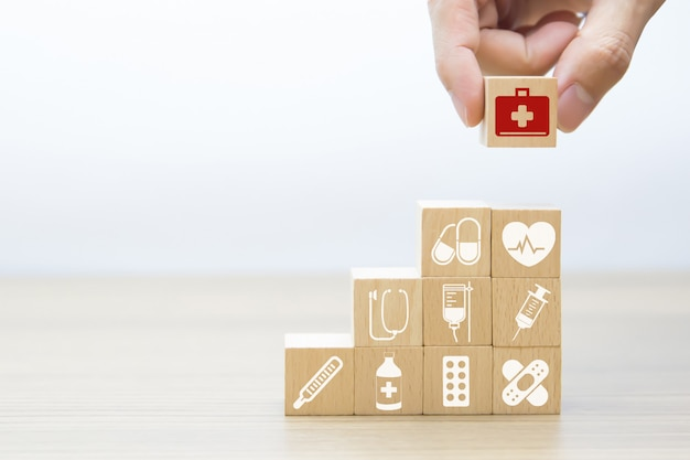 Medizinische und grafische ikonen der gesundheit auf holzklötzen. Premium Fotos