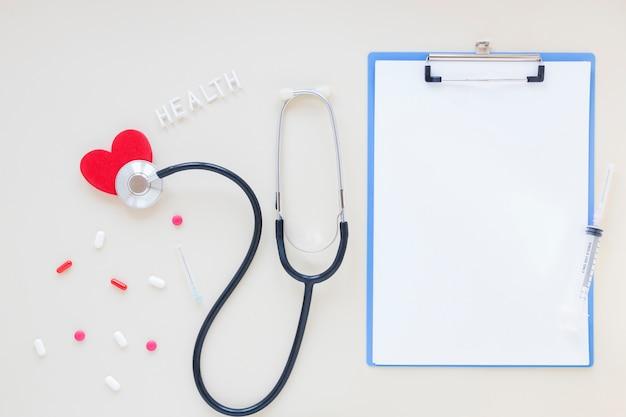 Medizinische zusammensetzung der flachen lage mit klemmbrettschablone Kostenlose Fotos