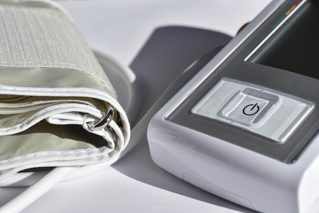 Medizinisches elektronisches blutdruckmessgerät Premium Fotos