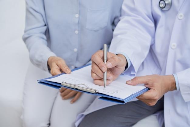 Medizinisches formular ausfüllen Kostenlose Fotos
