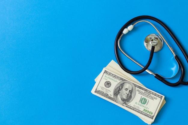 Medizinisches konzept bezahlung für die dienste eines arztes. kostspielige behandlung Premium Fotos