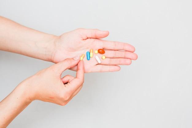 Medizinkonzept mit pillen und hand Kostenlose Fotos