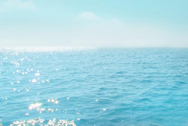 Meer mit blauem himmel und weißer wolke Premium Fotos