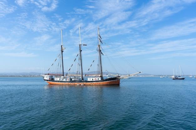 Meer und gruppe von booten in purtugal Premium Fotos