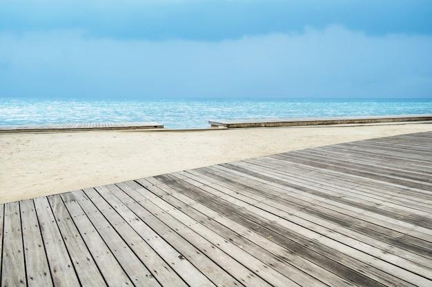 Meerblick mit emptywooden pier Premium Fotos