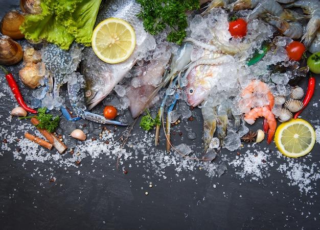 Meeresfrüchteplatte mit schalentiergarnelengarnelen krabbenobstmuschelmuschelkalmarkrake und -fischen Premium Fotos