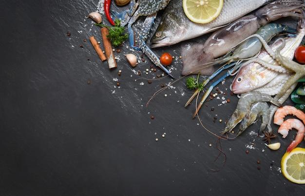 Meeresfrüchteplatte mit schalentiergarnelengarnelen krabbenobstmuschelmuschelkalmarkrake und fischozean-gourmetabendessen Premium Fotos