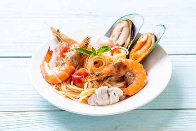 Meeresfrüchteteigwaren-spaghettis mit muscheln, garnelen, squis, miesmuschel und tomaten Premium Fotos