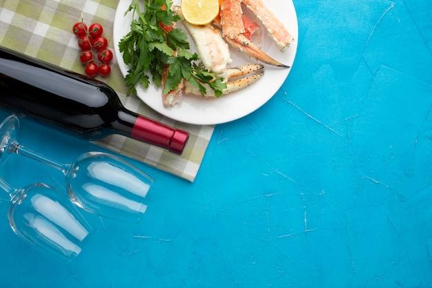 Meeresfrüchteteller mit weinflasche und -gläsern Kostenlose Fotos