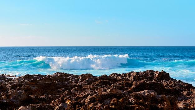 Meereswellen an der küste der insel. Premium Fotos