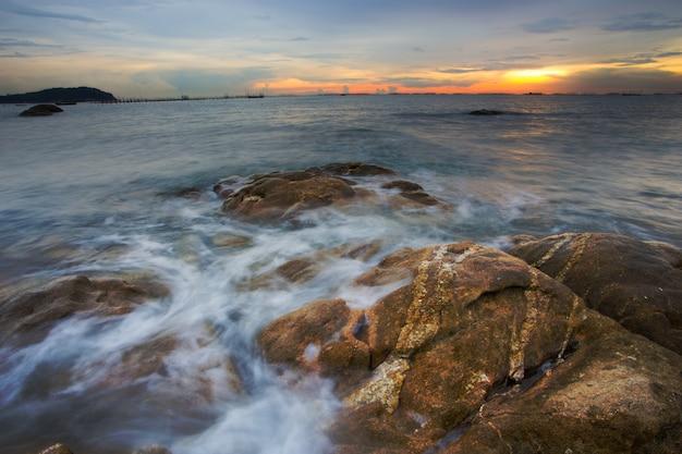 Meereswellen, die in die felsen einbrechen Premium Fotos