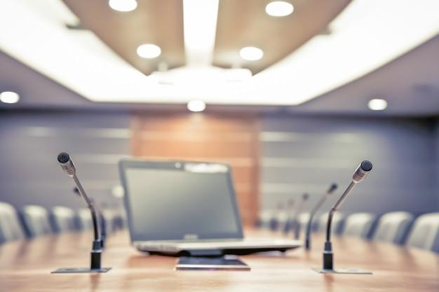 Meeting mikrofon und laptop im sitzungssaal. Premium Fotos