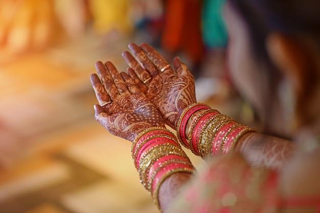 Mehandi zur hand, indische hochzeit Premium Fotos