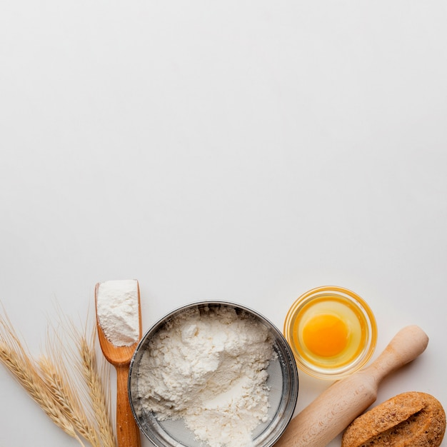Mehlschale mit ei und nudelholz Kostenlose Fotos