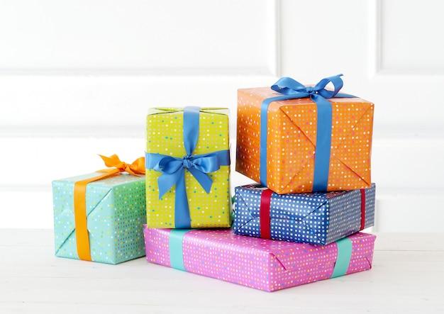 Mehrere bunte geschenke mit bogen Kostenlose Fotos