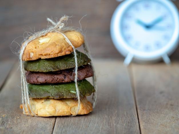 Mehrere farbkekse, einschließlich erdnussbutter, kekse aus grünem tee und chocolate chip cook Premium Fotos