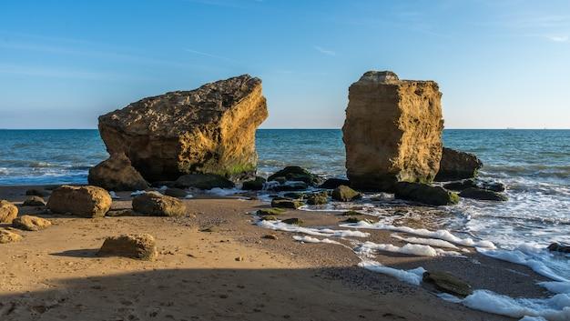 Mehrere riesige kalksteine am meer Premium Fotos