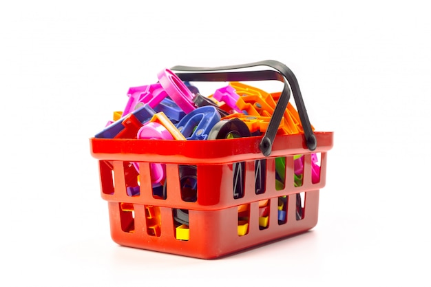 Mehrfache bürohilfsmittel in einem einkaufswagen getrennt auf weiß Premium Fotos