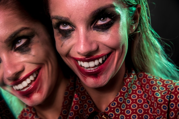 Mehrfacher spiegeleffekt der frau mit verrücktem lächeln Kostenlose Fotos
