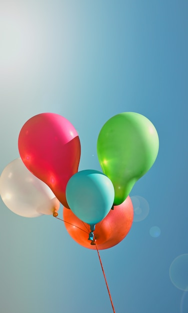 Mehrfarbige ballone gegen den himmel Premium Fotos