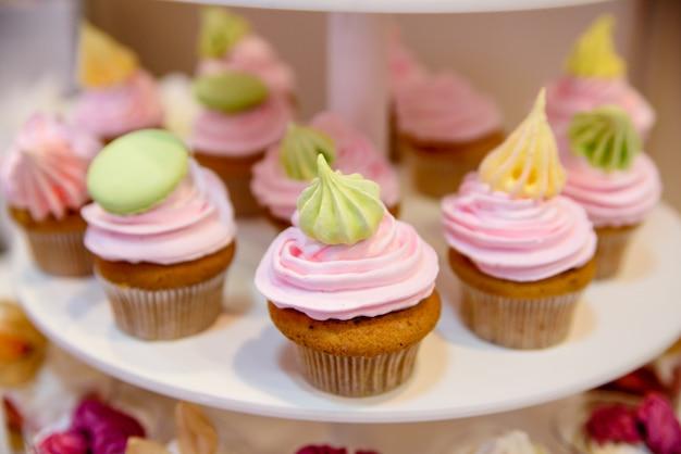 Mehrfarbige creme cup cakes Premium Fotos